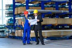 Szef i pracownik w rozmowie obraz stock