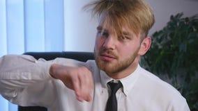 Szef jest gniewny z jego podkomendnym pracownikiem w biurze z bliska zbiory
