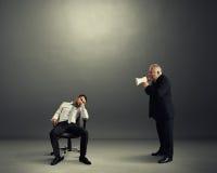 Szef krzyczy przy gnuśnym pracownikiem fotografia stock