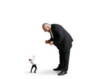 Szef krzyczy przy małym zaskakującym pracownikiem Obrazy Stock