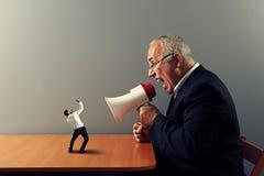 Szef krzyczy przy małym biznesmenem Zdjęcia Stock