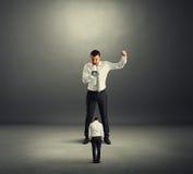 Szef krzyczy przy małym pracownikiem Zdjęcia Royalty Free