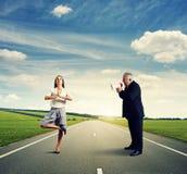 Szef krzyczy przy spokojnym bizneswomanem Fotografia Stock