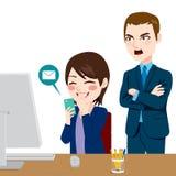 Szef Krzyczy Rozpraszającego uwagę pracownika ilustracja wektor