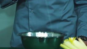 Szef kuchni bejcuje sałatki zbiory wideo