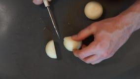 Szef kuchni ciie cebuli Kulinarny proces Ręki ciie cebuli Szef kuchni pokrajać cebuli zbiory