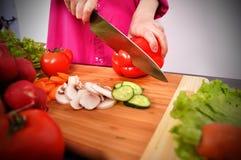 Szef kuchni ciie paprykę Zdjęcie Stock