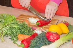 Szef kuchni ciie warzywa w posiłek Przygotowywać naczynia Kobieta używa nóż i kucharzów Kobiety ` s wręcza tnącego dzwonkowego pi obraz stock