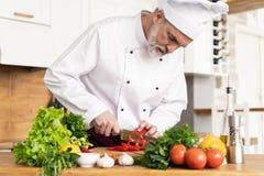 Szef kuchni ciie ?wie?ych i wy?mienicie warzywa dla gotowa? zdjęcia royalty free