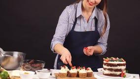 Szef kuchni cukierniczka dekoruje tort zdjęcie wideo