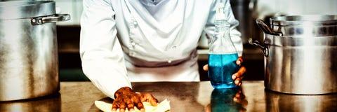 Szef kuchni czyści kuchennego kontuar obraz royalty free