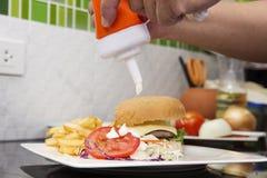 Szef kuchni dekorował hamburger, francuza Freid i jarzynową sałatki, zdjęcie royalty free