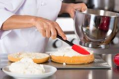 Szef kuchni dekoruje śmietankę obraz royalty free
