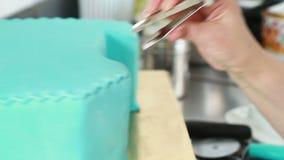 Szef kuchni dekoruje tort zdjęcie wideo