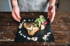 Szef kuchni dekoruje z warzywa naczyniem smażąca ryba Obrazy Stock