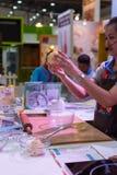 Szef kuchni demonstruje dlaczego robić piekarni Obraz Stock