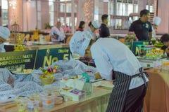 Szef kuchni demonstruje dlaczego robić piekarni Fotografia Royalty Free