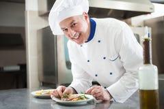 Szef kuchni garniruje naczynie zdjęcia royalty free