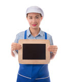 Szef kuchni, gospodyni domowa pokazuje pustego menu znaka blackboard lub puste miejsce znaka Zdjęcia Stock
