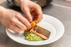 Szef kuchni gotuje dla gościa restauracji obraz royalty free