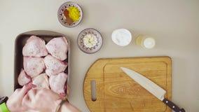 Szef kuchni gotuje kurczaka Dolewanie pikantność zbiory wideo