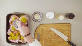 Szef kuchni gotuje kurczaka Mieszać z olejem i pikantność zdjęcie wideo
