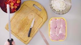 Szef kuchni gotuje kurczaka naczynie nożowy ostrzenie zbiory