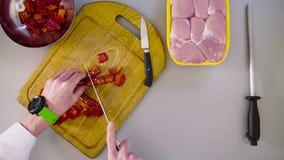 Szef kuchni gotuje kurczaka naczynie Tnąca papryka zdjęcie wideo