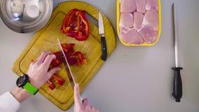 Szef kuchni gotuje kurczaka naczynie Tnąca papryka zbiory wideo