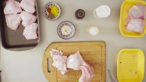 Szef kuchni gotuje kurczaka Tnący kurczak zdjęcie wideo