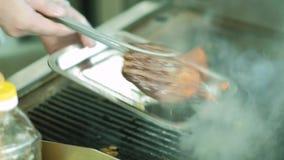 Szef kuchni gotuje mięso na ogieniu 4K zdjęcie wideo