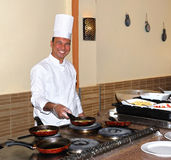 szef kuchni gotuje omelette obraz stock