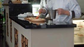 Szef kuchni gotuje pizzę przy restauracją zbiory wideo