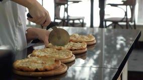 Szef kuchni gotuje pizzę przy restauracją zdjęcie wideo