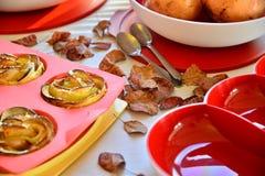 Szef kuchni gotuje w domu krzem piekarni tacę Zdjęcie Stock