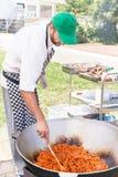 Szef kuchni gotuje wyśmienicie warzywa w kotle na ogieniu Obraz Stock