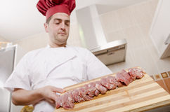 Szef kuchni i pokrojona polędwica Obrazy Royalty Free