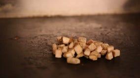 Szef kuchni jest kulinarnym jedzeniem w restauracji, gotuje chiken w cooktop zbiory