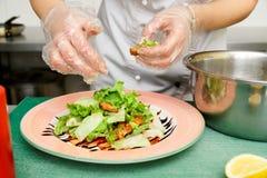 Szef kuchni jest kulinarnym zakąską Fotografia Stock