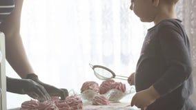 Szef kuchni kobieta i jej chłopiec gotujemy w kuchennych marshmallows dla boże narodzenie gościa restauracji w zwolnionym tempie  zbiory wideo