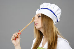 Szef kuchni kobieta myśleć o czym gotować Obrazy Stock