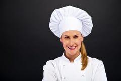 Szef kuchni kobieta nad ciemną bacground pozycją Obraz Stock