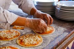 Szef kuchni który stawia polewy na pizzy, Zdjęcia Royalty Free