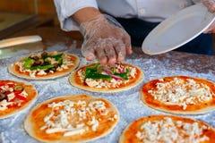 Szef kuchni który stawia polewy na pizzy, Obraz Royalty Free