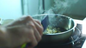 Szef kuchni miesza warzywa w niecce zbiory wideo