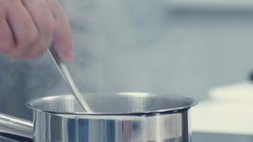 Szef kuchni miesza zawartość niecka używać Tablespoon zbiory