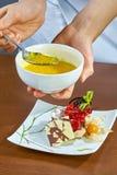 Szef kuchni nalewa syrop babeczce kulinarnego proces Obraz Stock