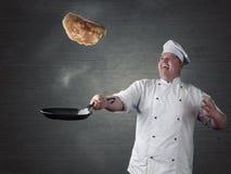 Szef kuchni obraca świeżych bliny Fotografia Stock