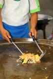 Szef kuchni ostrygą jest narządzania thee smażącym Obrazy Royalty Free