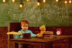 szef kuchni pojęcia karmowa świeża kuchni oleju oliwka nad dolewania restauraci sałatką Chłopiec je jedzenie przy szkołą Dziecko  fotografia stock